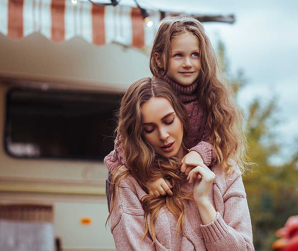 madre hija caravana vacaciones auto caravana transporte